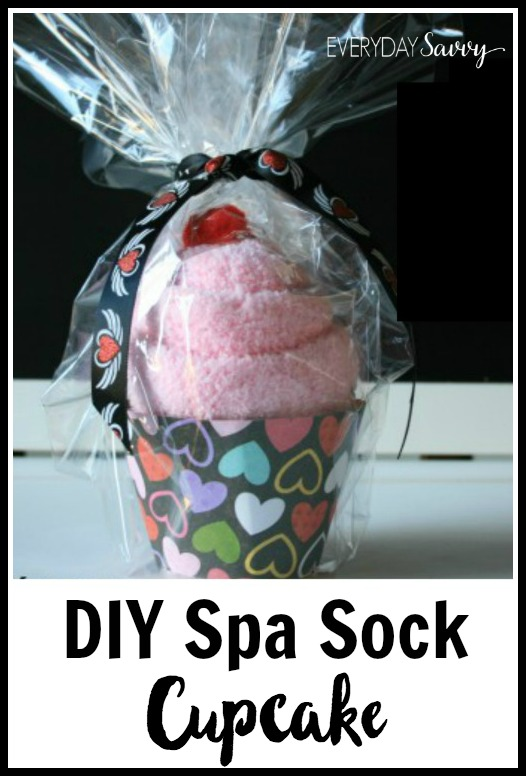 Super cute DIY spa sock cupcake tutorial. Includes free printable cupcake wrapper template. These are great for spa party favors or a cute gift.