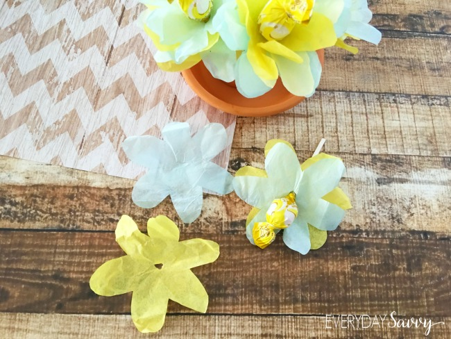 Looking for a cute and super easy craft? Then this DIY Lollipop bouquet is for you. It requires just a few simple ingredients and not much craft skill. If you can trace and use scissors, then you can make this cute lollipop bouquet. That makes this craft perfect even for pretty young kids. These would be adorable at a wedding or baby shower or for Easter or Mother's day.