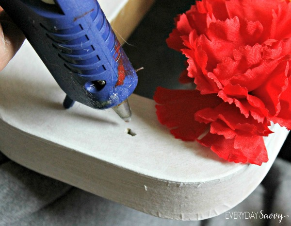 This easy DIY flower letter is a fun craft you can do with your older kids as DIY gift for mom, to celebrate spring, for a birthday or many other occasions.