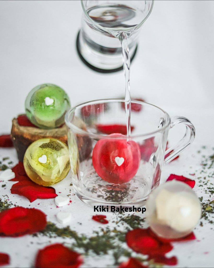 Tea Bombs Gift Set - Tea Bomb in clear glass mug with water pouring